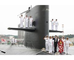 玉木宏と艶やか着物の北川景子がなんと米軍基地内、本物の潜水艦の上で敬礼!