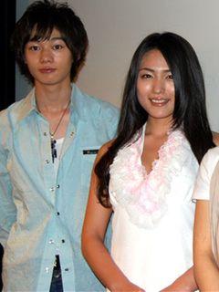 川村ゆきえ、清楚でセクシーな純白ミニスカドレスで登場!顔面演技の苦労を吐露