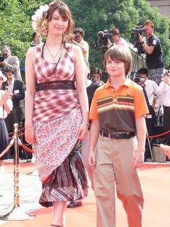出産後初露出のリア・ディゾン、ブラピ似10歳美少年をエスコートで「ヤバイです」