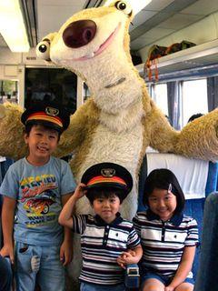 新宿に「アイス・エイジ3」号が出現!シドとスクラットが親子300人と小田急ロマンスカーで交流!