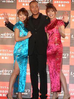 眞鍋かをりVS.優木まおみがセクシーチャイナドレスでチラリ美脚対決!