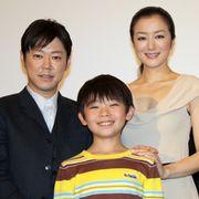 色香ムンムンの鈴木京香、子役の少年を母性全開で見守る!