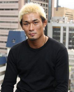 坂口憲二の兄・坂口征夫が俳優デビュー!サメとのエアープロレス披露!?