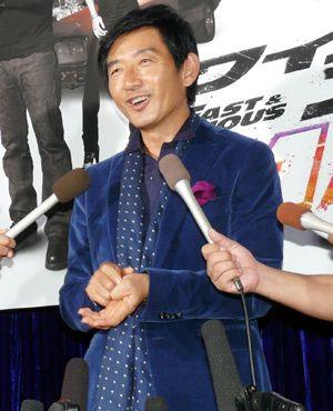 石田純一、婚約発表直後の会見でハリウッドスターの存在を食っちゃうほど幸せMAX!