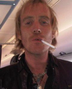 『パイレーツ・ロック』のリス・アイファンズ、飛行機でタバコを吸って周囲は激怒
