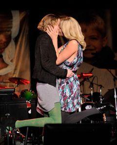 シャーリーズ・セロン、オークションで商品を落札した女性に感謝の長いキス