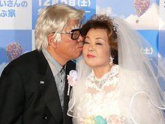 野村克也、ウエディングドレス姿の妻サッチーに熱烈キス!