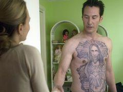 脂が乗った裸体にキリストの入れ墨!キアヌ・リーヴス、15歳年上の熟女と激しい熱愛を熱演!