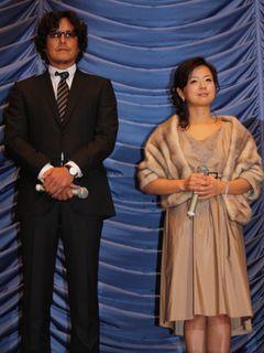 豊川悦司が妻を演じた薬師丸ひろ子にムチャブリ!あいさつで歌を強要!?
