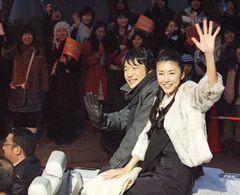 堺雅人と竹内結子に1,600人が熱狂!仙台凱旋パレードで竹内「大スターになった気分」と大興奮!