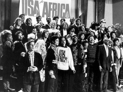 1985年「ウイ・アー・ザ・ワールド」に参加するために集まったアーティストたち。手前には故・マイケルさんの姿も