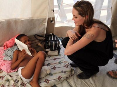 9日、ハイチの子どもとアンジェリーナ・ジョリー