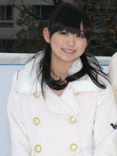 人気急上昇の16歳アイドル小川真奈が、六本木のスケートリンクでつんく作詞作曲の新曲を熱唱!
