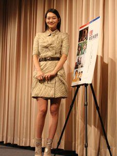 凜とした美人顔にスラリとした生脚、さらに輝くばかりの笑顔で観客を魅了したシン・ミナ