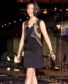 東山紀之と交際中の木村佳乃、ワイルドな黒のミニスカドレスで幸せいっぱい!