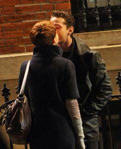 アカデミー主演女優賞候補キャリー・マリガンとシャイア・ラブーフ、街角で優しいキス