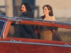 アンジーとジョニデがツーショット!新作『ザ・ツーリスト』で美男美女のお似合いのカップル