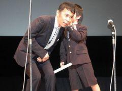 ナイナイ岡村、まるでお父さん!舞台あいさつで子どもと内緒話!