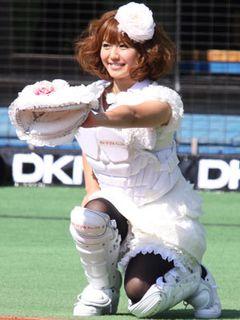 磯山さやか、ウエディングドレスでプロ野球史上初のキャッチャーでの始球式に!荻野貴司選手の球を見事キャッチ!
