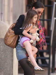 3歳のスーリちゃん、ピンクのパンツが丸見えはあえて?最も影響力のある幼児だけに目がくぎ付け!