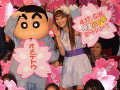 mihimaru GTのhiroko、ミニスカ姿で主題歌熱唱!クレヨンしんちゃん大感激でおしりふりふり!