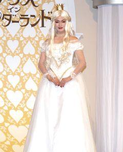 深田恭子、ドロンジョの次は白の女王!「一歩間違えると妖怪」と純白ドレス姿を自虐ネタに?