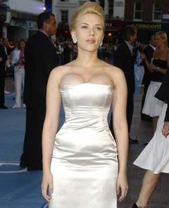 セクシー女優スカーレット・ヨハンソン、日の出のタトゥの意味はヒミツ