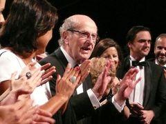 101歳!世界現役最高齢の映画監督のオリヴェイラ監督にスタンディングオベーション!
