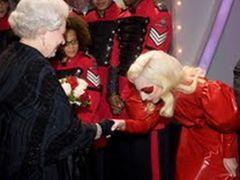 レディ・ガガが英国女王エリザベス2世に奇ばつファッションで謁見!