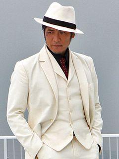 吉川晃司、激シブ!仮面ライダーのおやっさん役をニヒルに演じる!白いスーツが粋