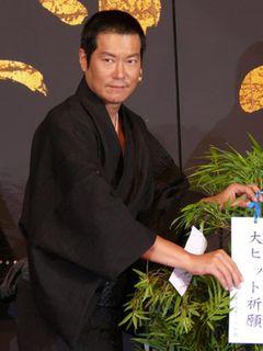 豊川悦司、丸刈りで会見に登場!主演作を一言でいえば「サムライブルー」