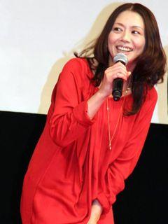 小泉今日子、「また悪いことしちゃった」真っ赤なドレスで小悪魔的魅力を放ち、織田裕二もタジタジ!?
