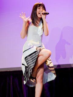 ハロプロ真野恵里菜、ミニスカ熱唱姿にアメリカの観客2,000人総立ち!英語の歌詞に本場ハリウッド沸く