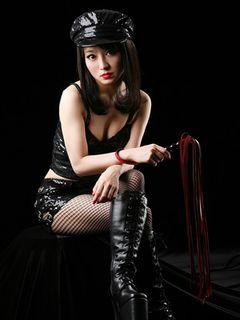 妖艶な女王様姿解禁!山本モナと共に主演の西条美咲、黒革のボンテージ、網タイツに手にはムチ!
