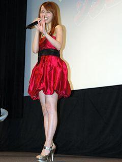 鈴木亜美、美脚まぶしい超ミニの華麗な赤のドレスはゾンビをイメージ!?「本格的なケガをしたい!」