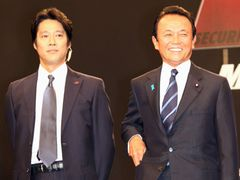 「SP」岡田准一、元内閣総理大臣の麻生太郎氏を警護!アクション指導もこなし真木からは「コワい!」