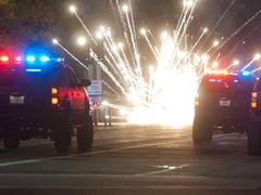 撮影中に走行してきた警察車両と、「トランスフォーマー」のオートボットが激突!前方が大破