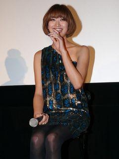 山田優、美肩丸出しの近未来キラキラファッションで登場!イケメン3D俳優からハリウッド進出のお誘い!?