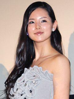小西真奈美、六本木のママ役で大人の色気発揮!肩を露出したドレス姿で32回目のバースデー!