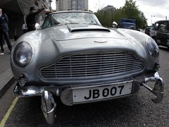 007でジェームズ・ボンドが乗ったアストン・マーチン、3億円超の高額落札