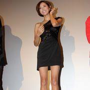 かつての超絶美少女、松本莉緒がセミヌードで新境地!セクシーな肩露出のマイクロミニで観客魅了