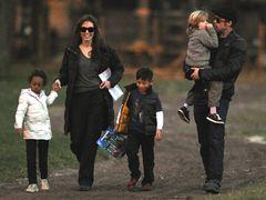 ブラピ、アンジーファミリー、公園でほっこり一家団らんの姿を激写される!