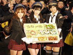 男子700人が大コーフン!超ミニスカAKB48高橋みなみ&渡辺麻友&宮澤佐江が未来の鉄道マンたちにエール