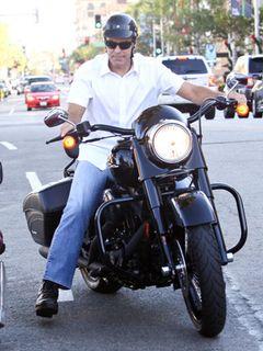 ジョージ・クルーニー、お気に入りのハーレーダビッドソンでそう快ツーリング