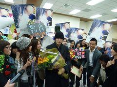 松ケン人気は台湾でも!台北松山空港で熱狂的ファンがお出迎え