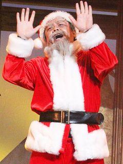 サンタクロース姿のホリエモンが熱唱!俊敏なダンスも披露!?