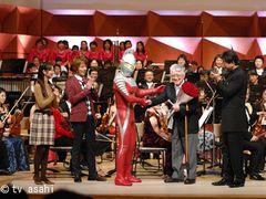 ウルトラマンが指揮者に!「題名のない音楽会」に出演!東京フィルハーモニー交響楽団と大編成の合唱団