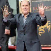ロバート・デュヴァル、80歳の誕生日にチャイニーズ・シアター前に手形と足型を残す