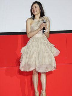 産科医を演じた菅野美穂、セクシーワンピ姿で登場!現役女医から「子どもは何人持ちたい?」と質問