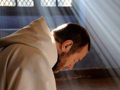 神さまの名のもとで殺し合い…カンヌ映画祭でグランプリほかフランスで社会現象を巻き起こした『神々と男たち』